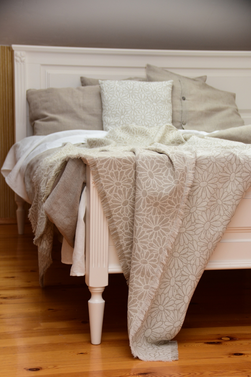 Jaqcuard linen blend throw with chamomile pattern