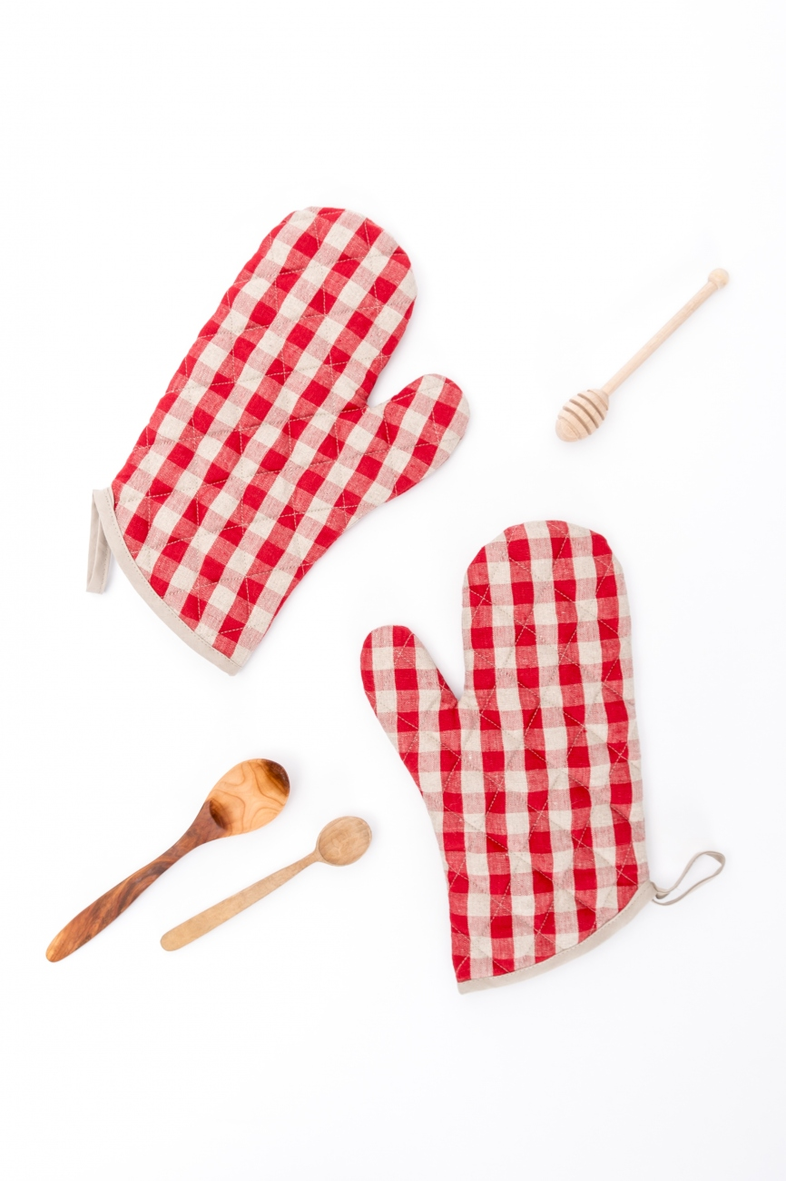 Set of 2 red linen oven mittens with gingham check pattern