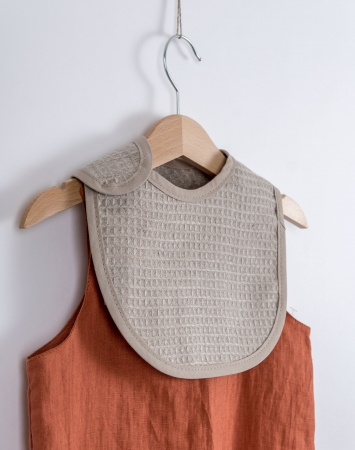 Unisex waffle linen bib in natural color