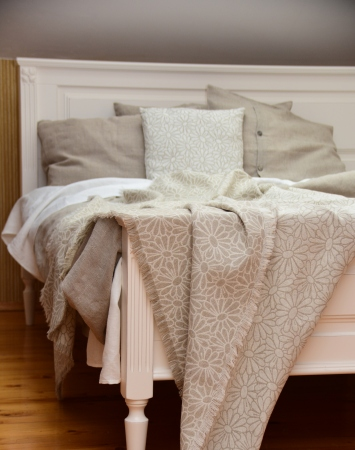 Washed jaqcuard linen blend throw with chamomile pattern